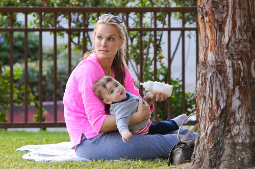 Molly Sims feeding her baby with a Born Free bottle!